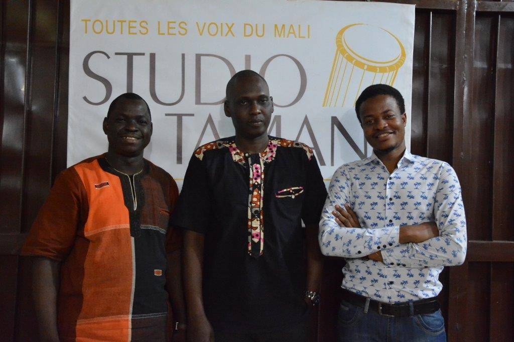 La rédaction en chef malienne de Studio Tamani : de gauche à droite, Issa Fakaba Sissoko, Rédacteur en chef, Sékou Gadjigo, Secrétaire général, et Mouhamadou Touré, Rédacteur en chef-adjoint.
