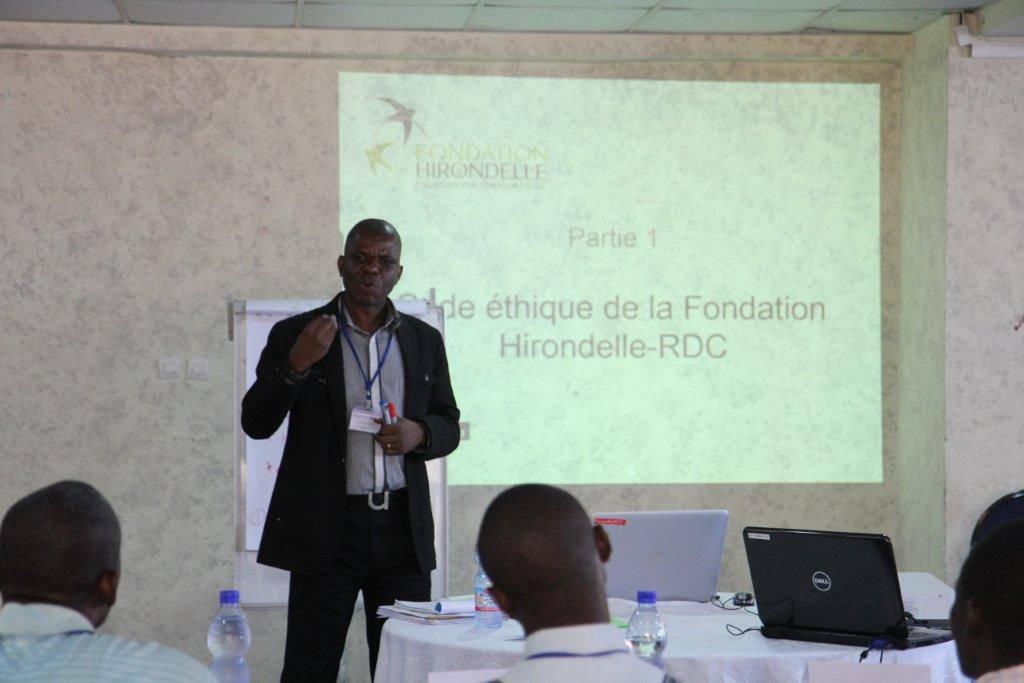 """Innocent Bulambembe, coordonnateur des radios partenaires de la Fondation Hirondelle en RDC, pendant la formation """"Journalisme en zone de conflit"""" à Kinshasa."""