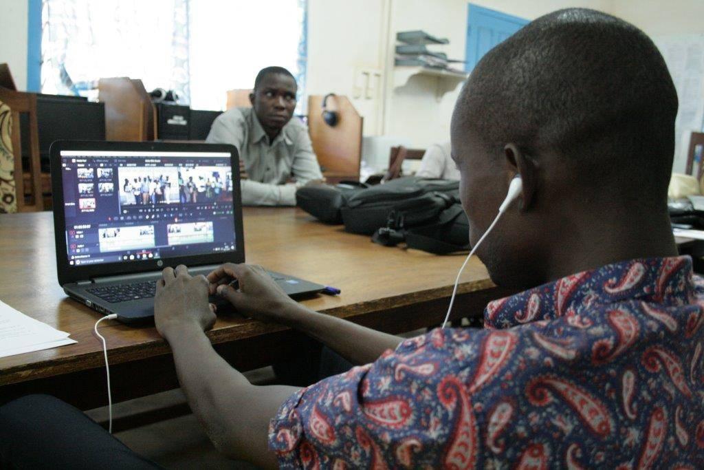Un journaliste de Radio Ndeke Luka à Bangui, Centrafrique, en train de faire du montage vidéo.