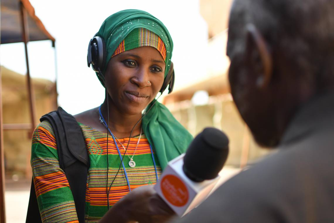 A journalist from Studio Kalangou, Fondation Hirondelle's information program in Niger, reporting in the streets of Niamey.