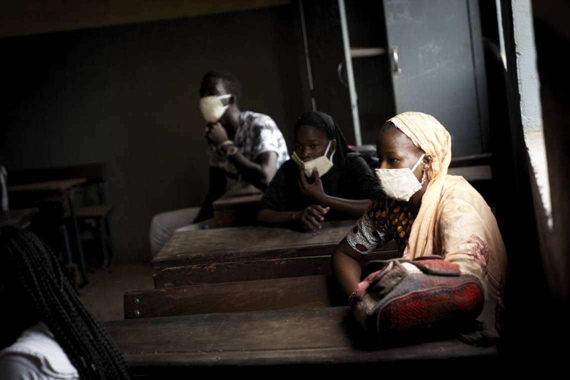 Un élève malien porte un masque dans la salle de classe d'une école, à Bamako le 2 juin 2020.