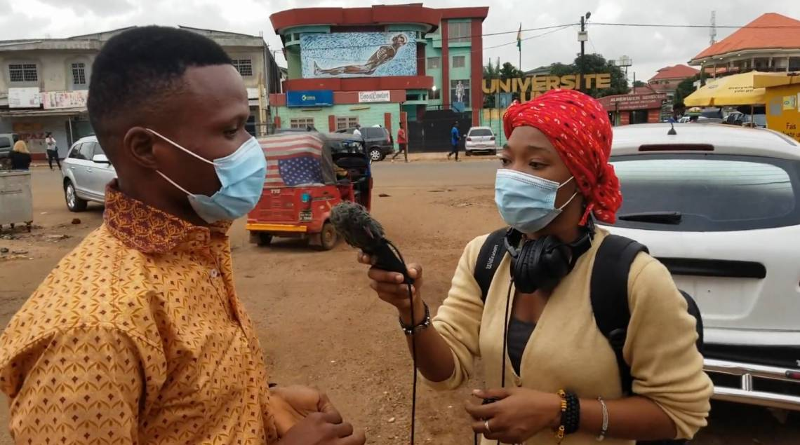 A journalist from the Association des journalistes scientifiques de Guinée reporting in Conakry on the COVID crisis, with the support of Fondation Hirondelle and H2H network.