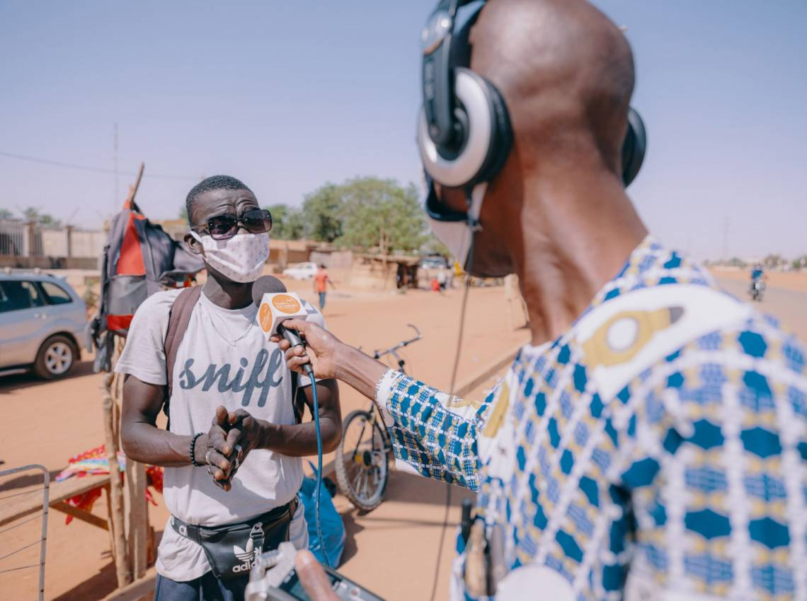 A journalist from Studio Kalangou, the radio programme created by Fondation Hirondelle in Niger, reporting from the streets of Niamey in April 2020.