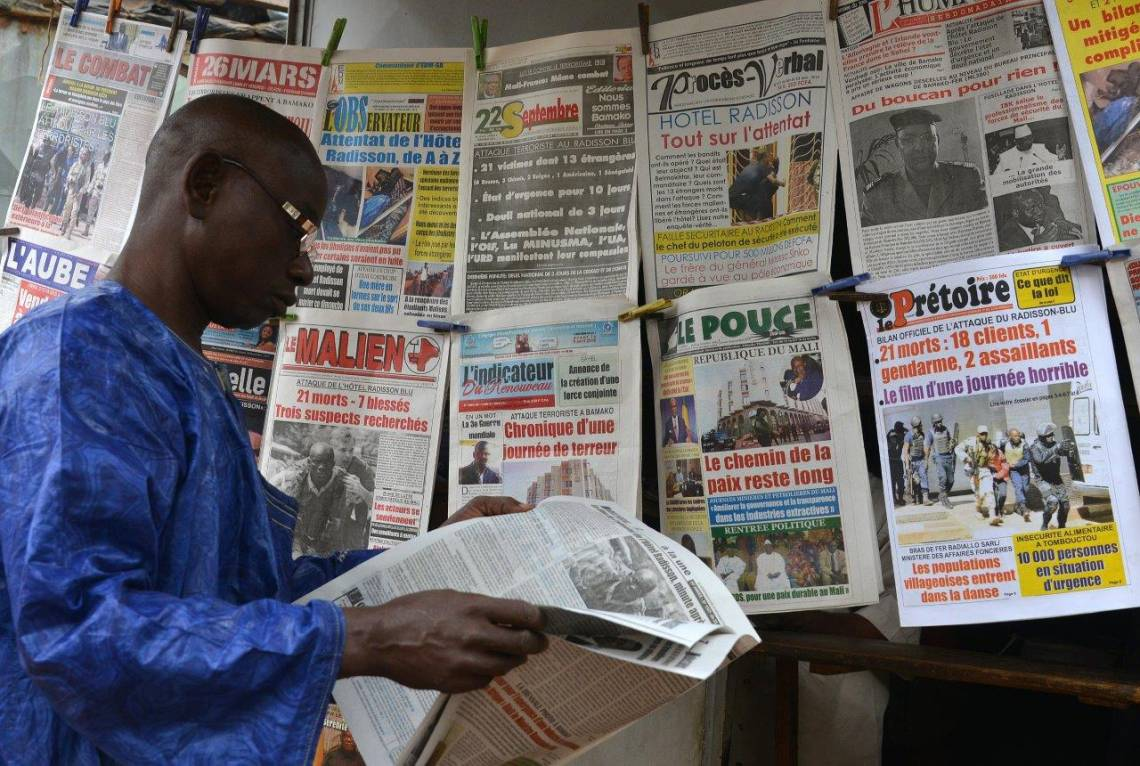 Un kiosque de journaux à Bamako, Mali.
