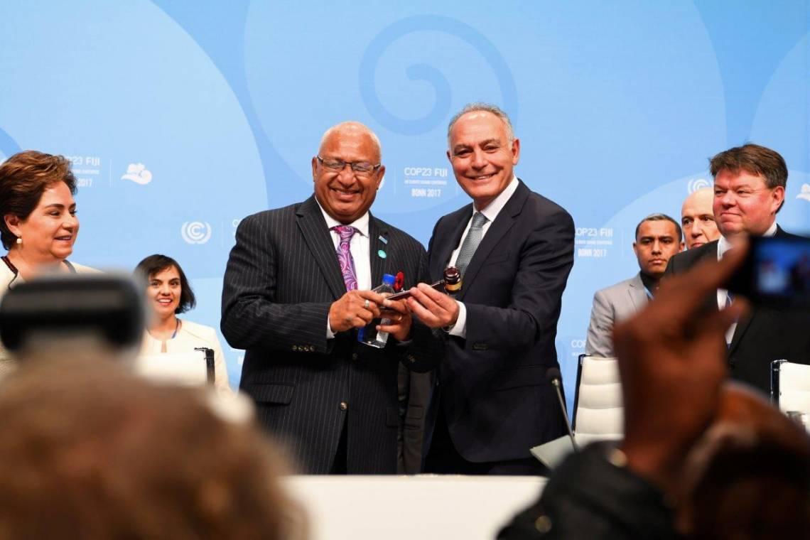 Passage de relais entre Salaheddine Mezouar, Ministre marocain des Affaires Etrangères et Président de la COP22, et Frank Bainimarama, Premier Ministre des Fiji et Président de la COP23, lors de la cérémonie d'ouverture de la conférence internatinale sur les changements climatiques le 6 novembre à Bonn, en Allemagne.