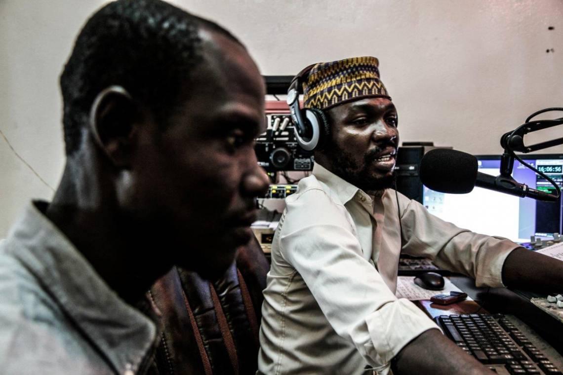 Pendant une émission en direct à Radio Ndeke Luka, Bangui.