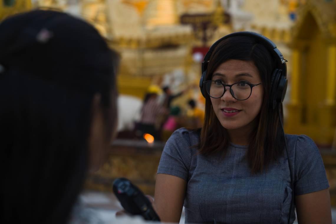 A Yangon, une journaliste de Doh Athan, le podcast sur les Droits Humains co-produit par la Fondation Hirondelle et le magazine Frontier Myanmar.