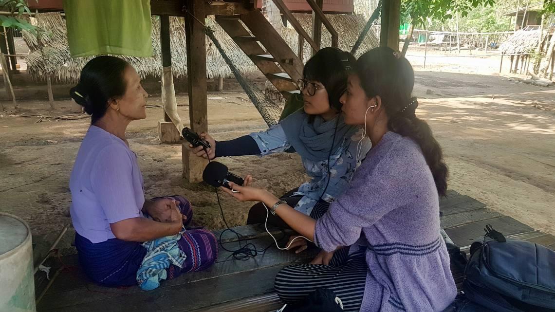 Pendant la formation, des journalistes interviewent des populations de l'Etat de Môn sur les problèmes de coupures d'eau dans le village de Kyaikmaraw.