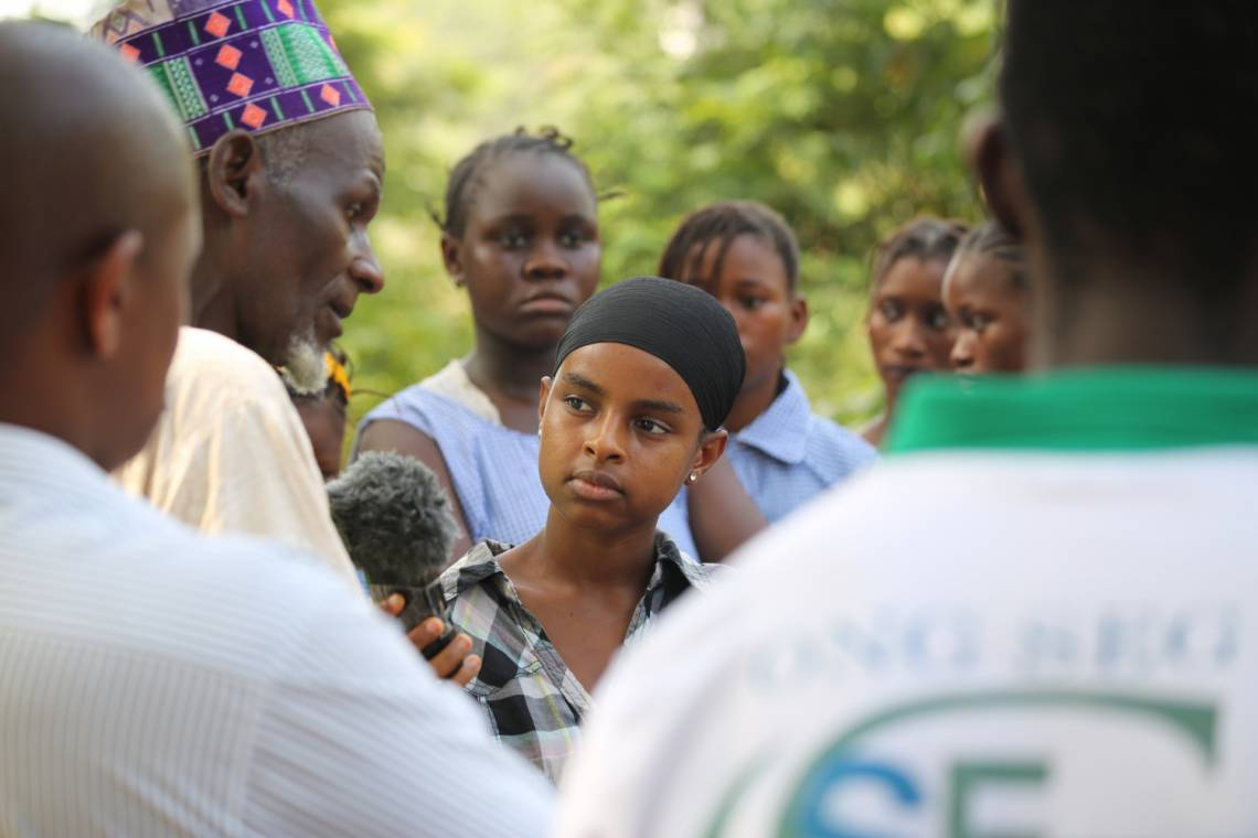 A young journalist trainee from Studio Hirondelle Guinea reporting in November 2015.