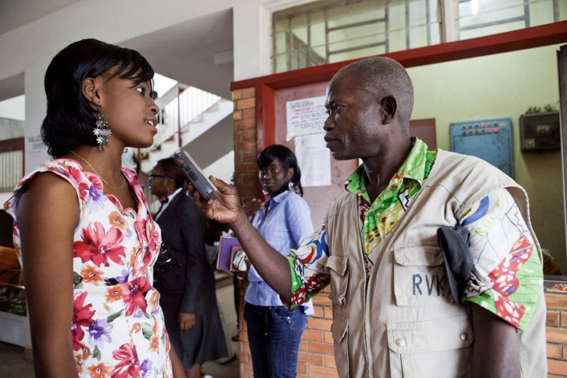 Un journaliste de la radio Vuvu Kieto, partenaire de la Fondation Hirondelle, en reportage dans la province du Kongo Central, en RDC.