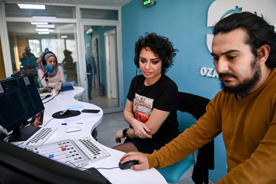 Dans le studio de radio Rozana à Gaziantep, dans le sud-est de la Turquie, le 26 février 2021.