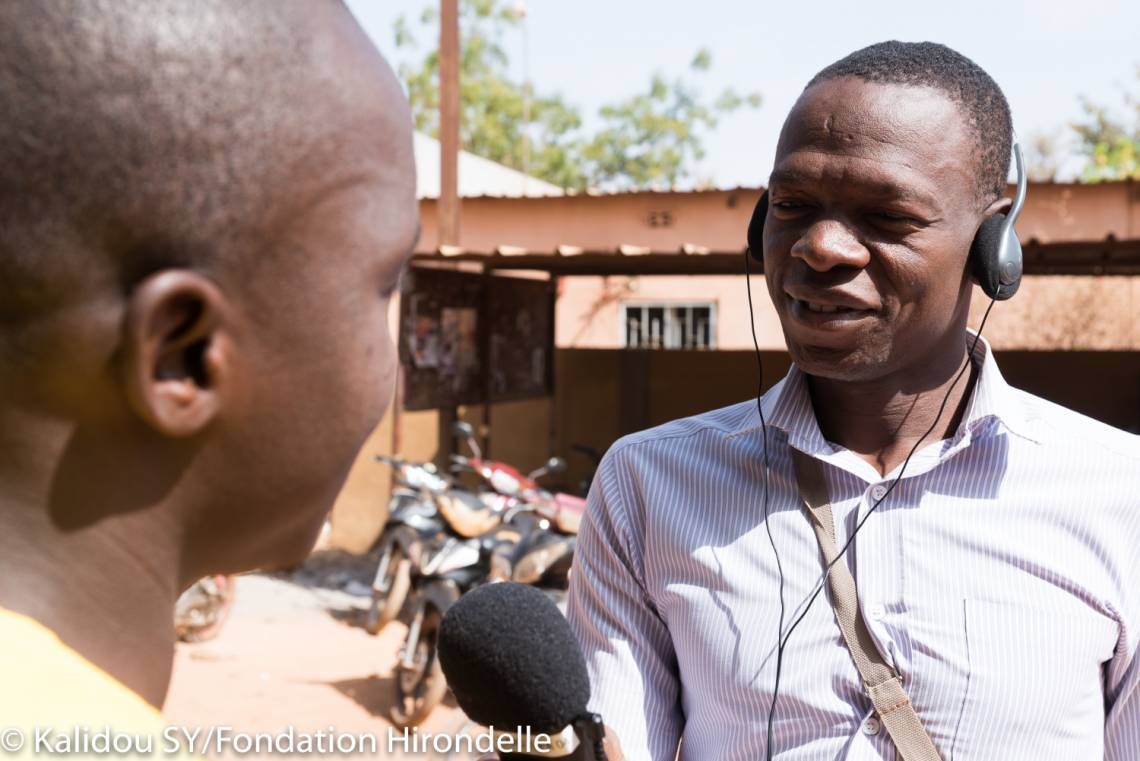 A journalist from Studio Yafa, Fondation Hirondelle's multimedia program about Youth in Burkina Faso, is reporting on the streets of Ouagadougou.