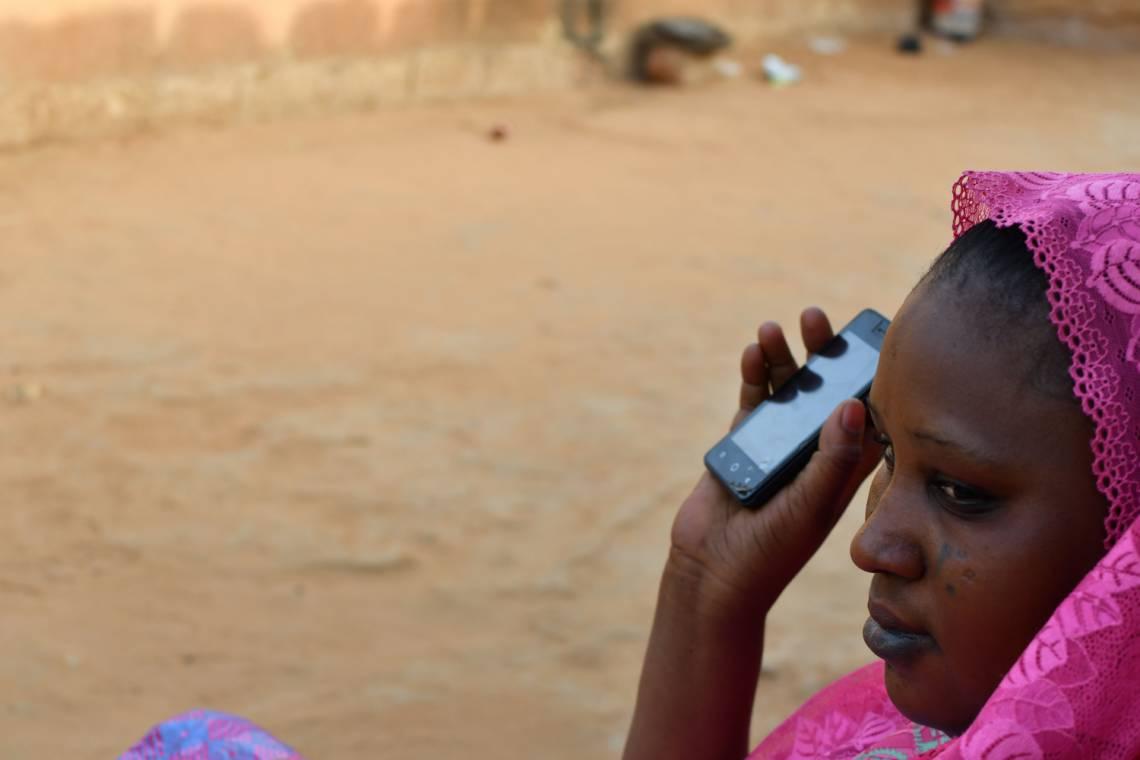 Auditrice de Studio Kalangou avec son smartphone à Niamey, Niger.