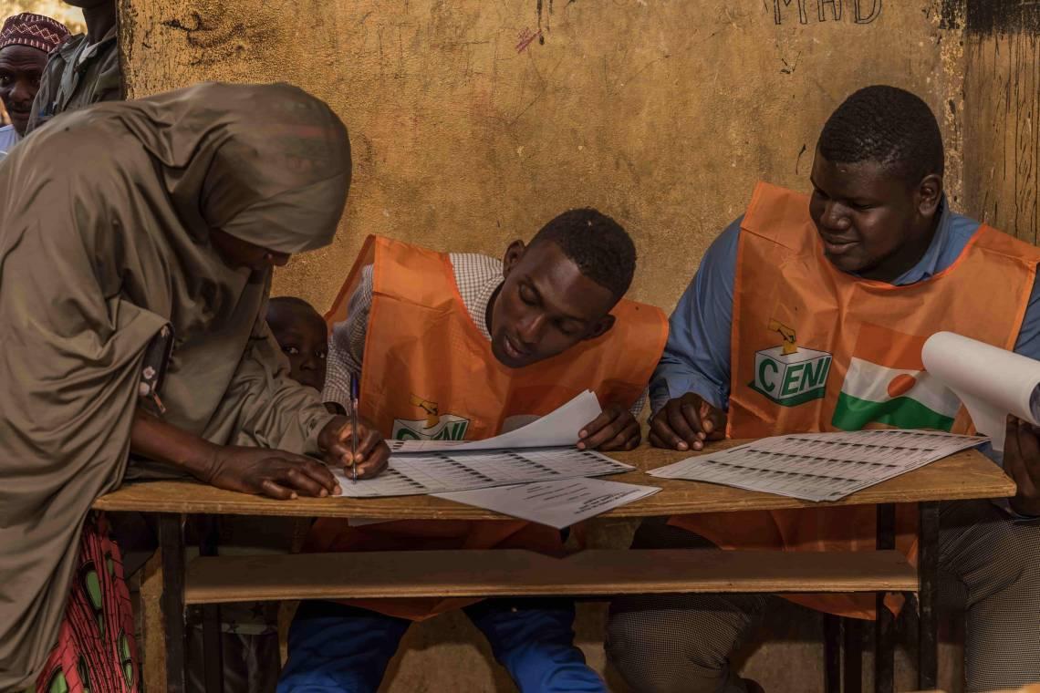 Dans un centre de vote, lors du premier tour des élections législatives et présidentielles au Niger, le 27 décembre 2020 à Niamey.
