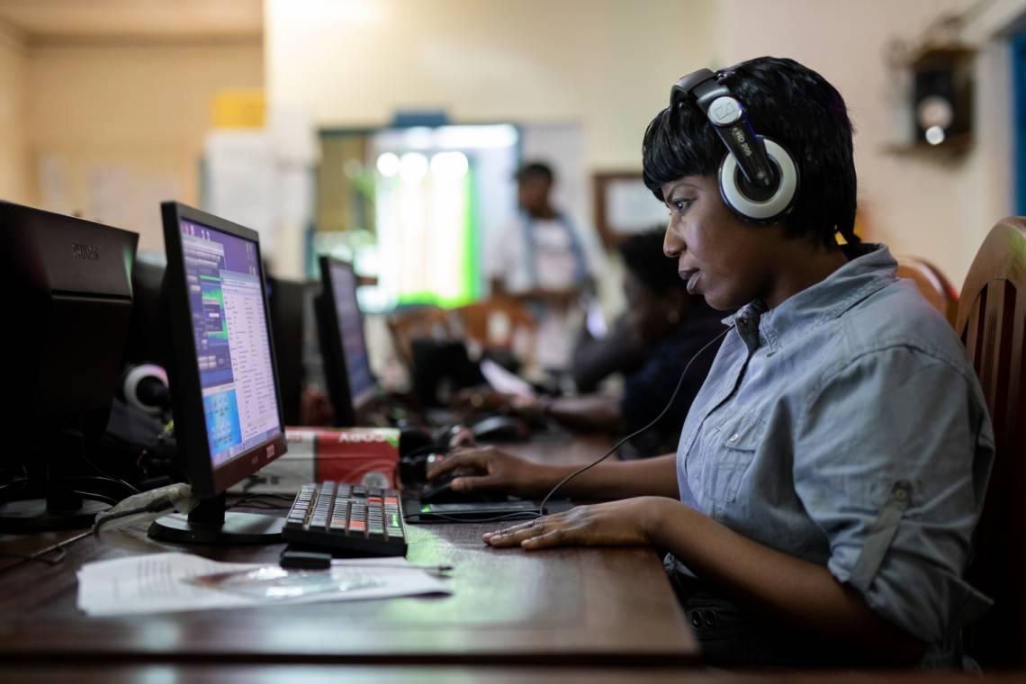 Dans la salle de rédaction de Radio Ndeke Luka à Bangui, République centrafricaine, en mars 2021.