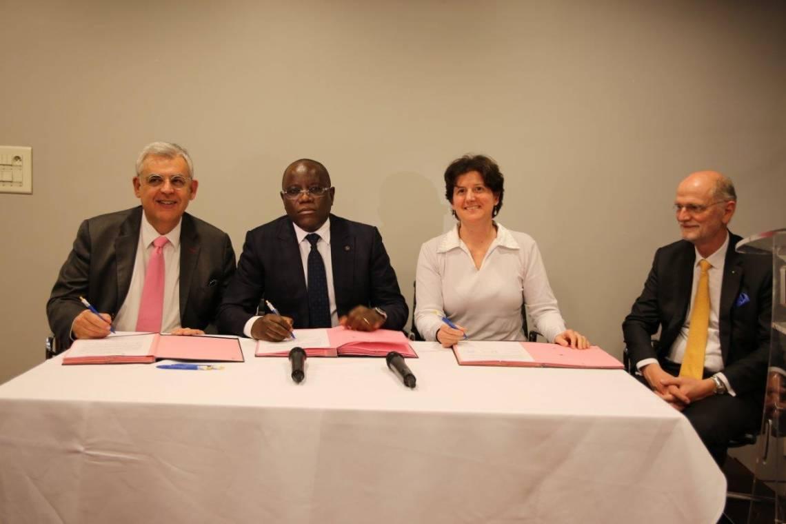 Signature du partenariat entre l'Assemblée parlementaire de lafrancophonie et la Fondation Hirondelle, le 8 mars 2017 à Paris.