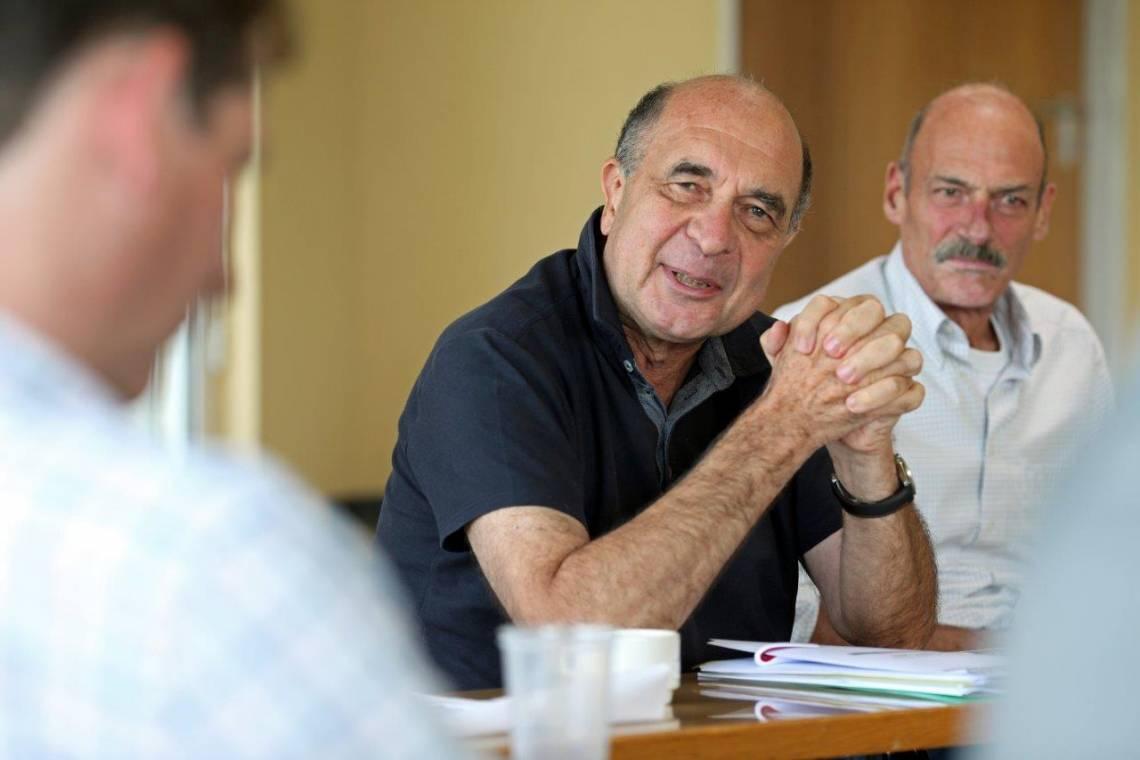 François Sergent (au centre), lors d'une réunion éditoriale à la Fondation Hirondelle, en 2016.