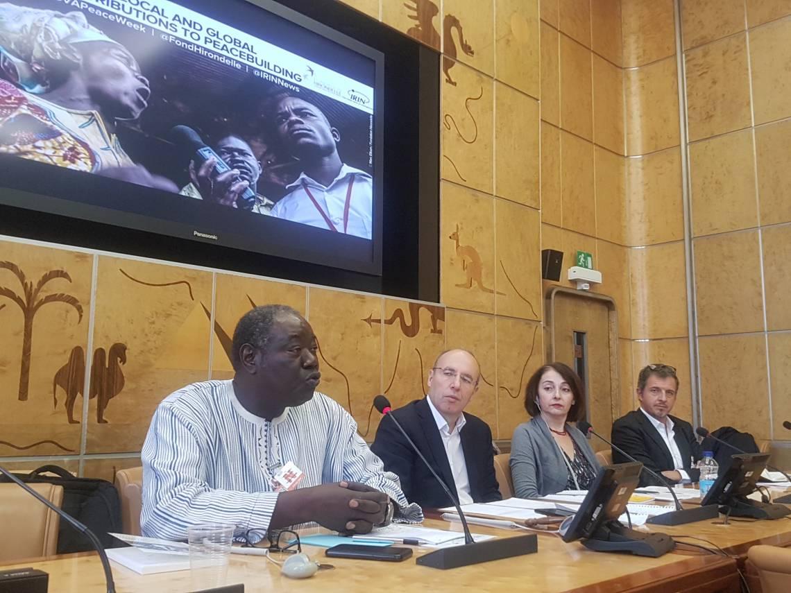 """Les panélistes (de gauche à droite) : Martin Faye, Représentant de la Fondation Hirondelle au Mali, Stéphane Bussard, journaliste au """"Temps"""", Josephine Schmidt, Rédactrice en chef de IRIN, Michel Beuret, Responsable éditorial de la Fondation Hirondelle"""