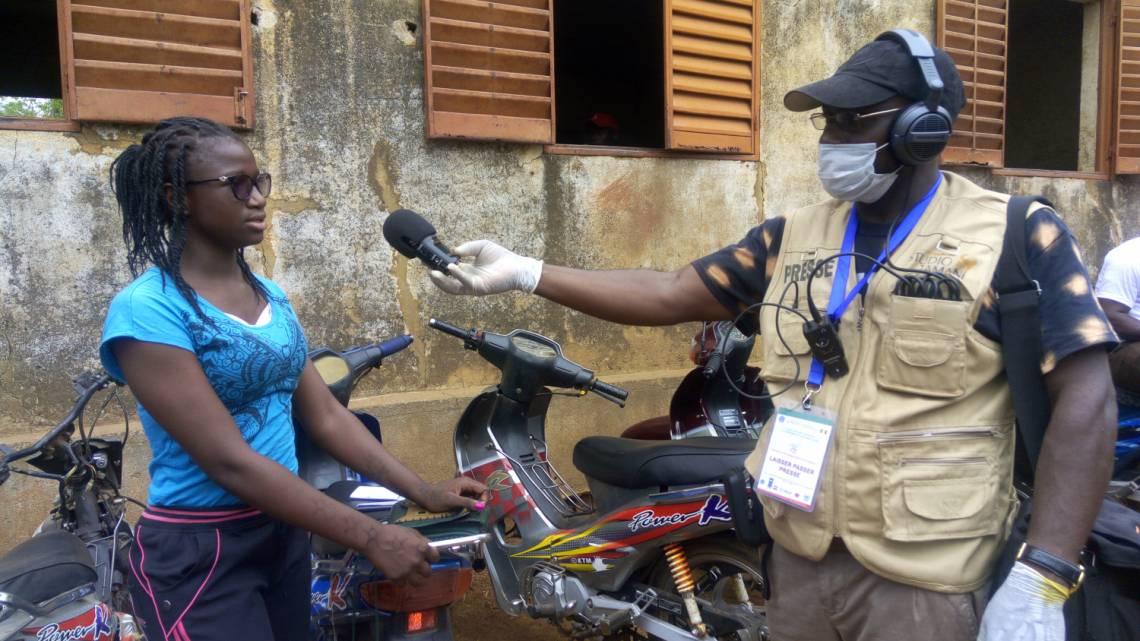Un journaliste de Studio Tamani, le programme d'information de la Fondation Hirondelle au Mali, en reportage à Bamako dimanche 29 mars pour le premier tour des élections législatives.