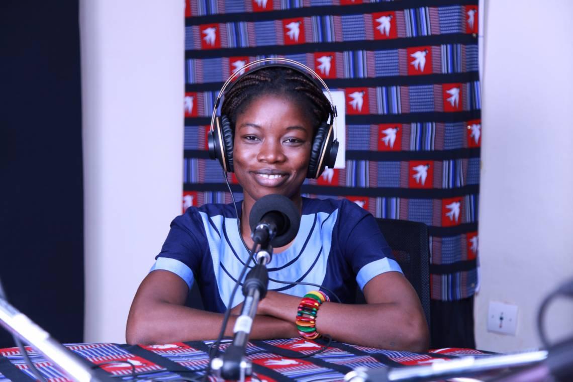 Une journaliste du Studio Yafa, notre programme pour les jeunes au Burkina Faso