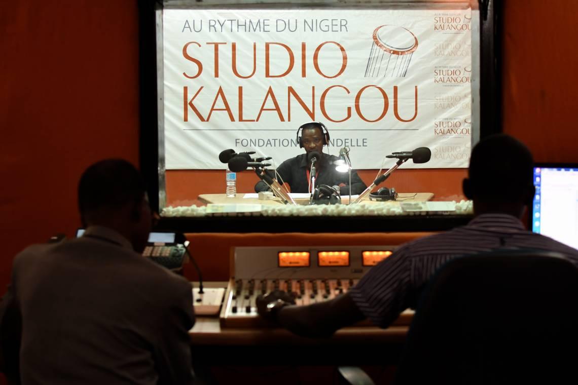 Dans les locaux de Studio Kalangou à Niamey, Niger.