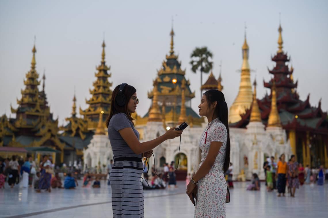 Journaliste de Doh Athan en reportage à Yangon, Myanmar