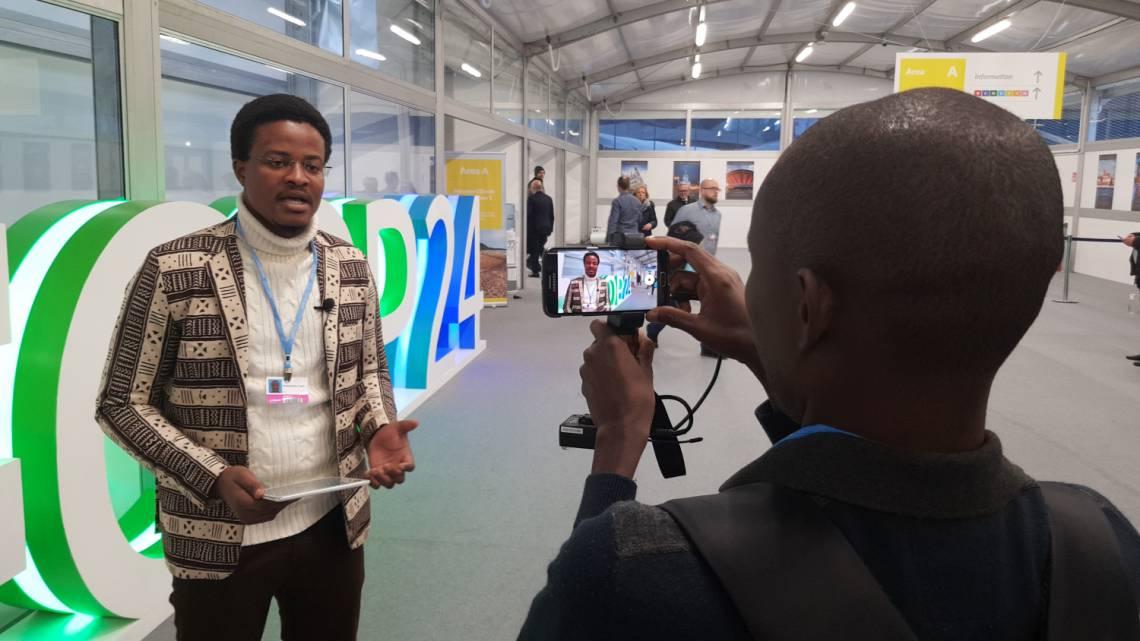 Mouhamadou Touré, Rédacteur-en-chef adjoint de Studio Tamani, à Katowice en Pologne avec l'équipe de la Fondation Hirondelle pour couvrir le sommet.