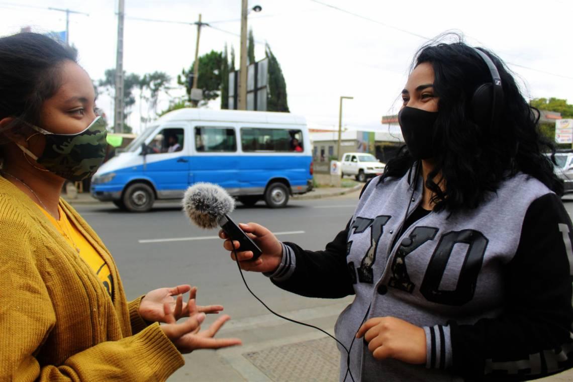 Journaliste du Studio Sifaka en reportage dans les rue de la capitale malgache, Antananarivo.