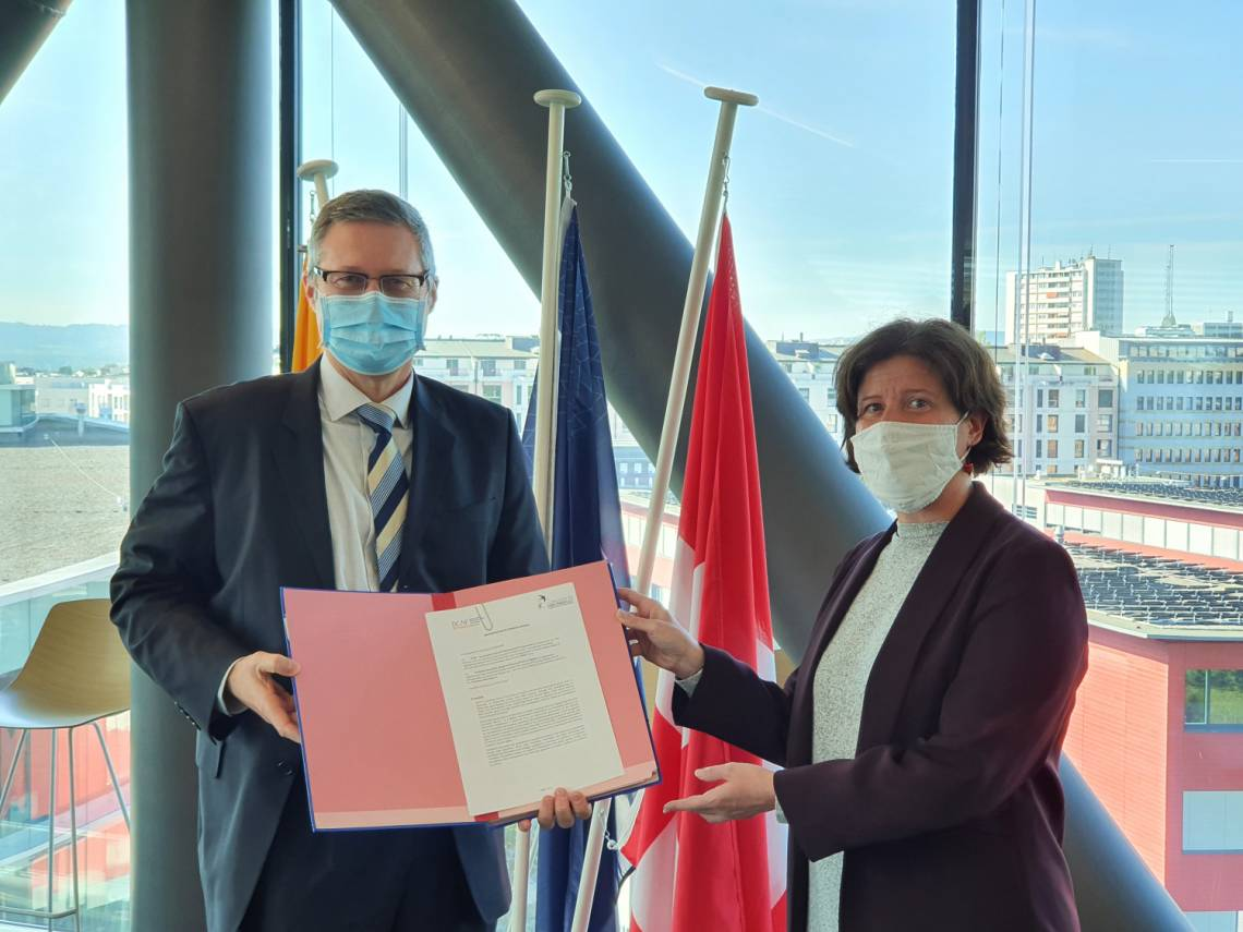 Ambassador Thomas Guerber, Director of DCAF, and Caroline Vuillemin, Director of Fondation Hirondelle, at the signing of the partnership contract at the Maison de la Paix in Geneva on October 8, 2020.