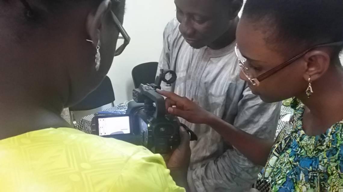 Journalistes de Studio Tamani à Bamako, Mali, pendant la formation en production vidéo pour les réseaux sociaux organisée par la Fondation Hirondelle.