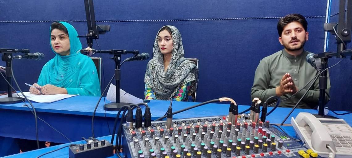 Des journalistes dans les studios de TNN à Peshawar