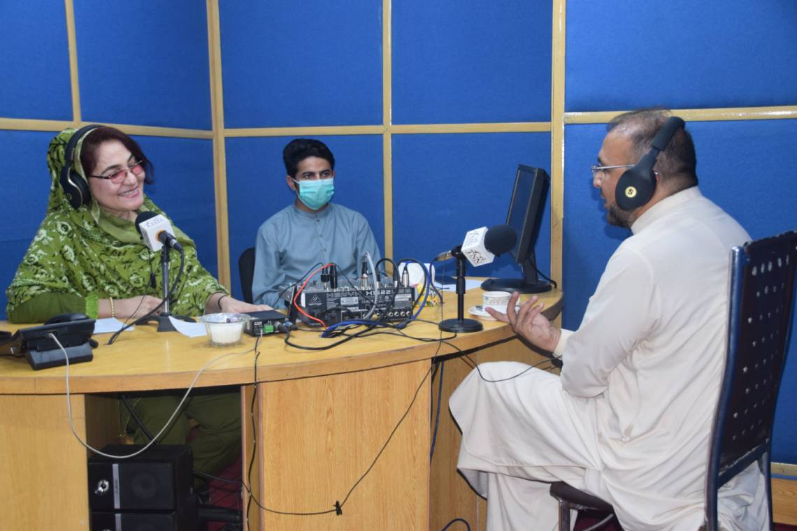 In the TNN studio in Peshawar, during an episode of the 50-minute weekly program on the COVID-19 pandemic, produced with the support of Fondation Hirondelle.