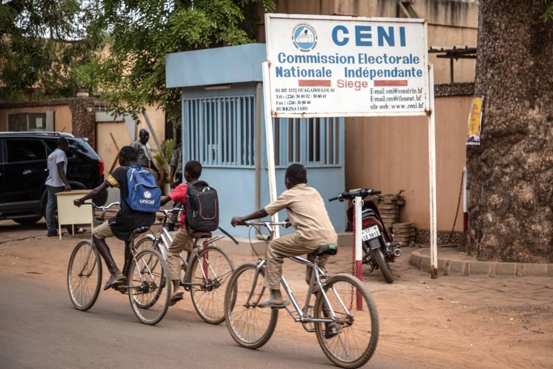 Devant les locaux de la Commission électorale nationale indépendante à Ouagadougou, capitale du Burkina Faso.