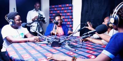 La radio, média toujours populaire chez les jeunes : reportage au Burkina Faso