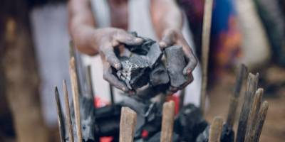 En Guinée, la production du charbon de bois accentue les effets du changement climatique
