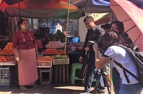 Pendant la formation, des participants en train de filmer dans les rues de Yangon.