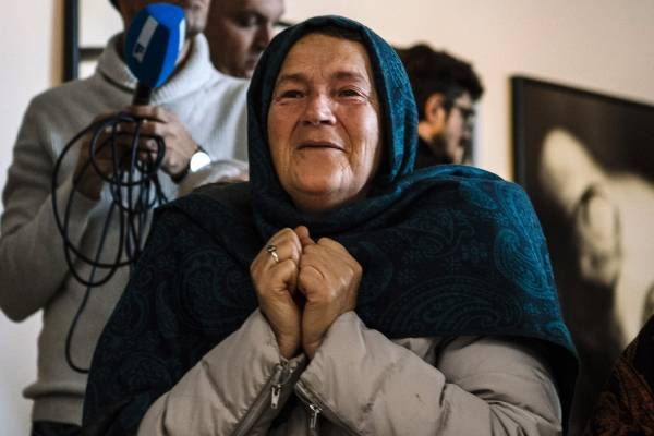 A victims' relative reacts as she watches a live TV broadcast of the Mladic judgment from the ICTY in a room at the memorial in Potocari, near Srebrenica on November 22, 2017.