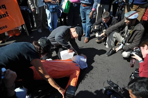 Devant la Maison-Blanche, des manifestants défilent contre l'utilisation de la torture et en particulier du waterboarding par la CIA