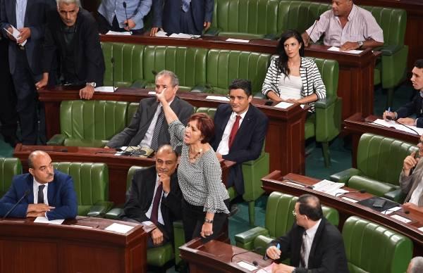 Ambiance houleuse à l'Assemblée tunisienne pour l'adoption d'une loi d'amnistie des fonctionnaires.