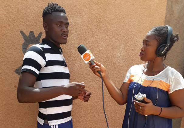 Aissatou Barry, a young female guinean journalist, reporting in Agadez during the regional training organized by Fondation Hirondelle in August 2018.