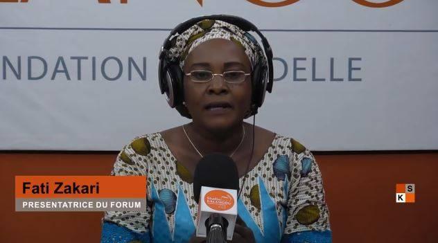 """Une des présentatrices de l'émission """"Forum"""" de Studio Kalangou, diffusée désormais à la fois en version audio, par 45 radios nigériennes, et vidéo, par 5 chaînes de télévision partenaires."""