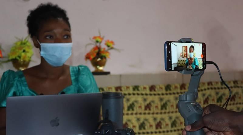 Pendant la formation sur la réalisation de vidéos par smartphones pour 18 journalistes Guinéens à Conakry, fin novembre 2020.