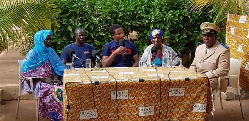 Mouhamadou Touré, journaliste de Studio Tamani, entouré des invité/es du Grand Dialogue spécial, délocalisé à Kangaba, dans le Sud-Ouest du Mali.
