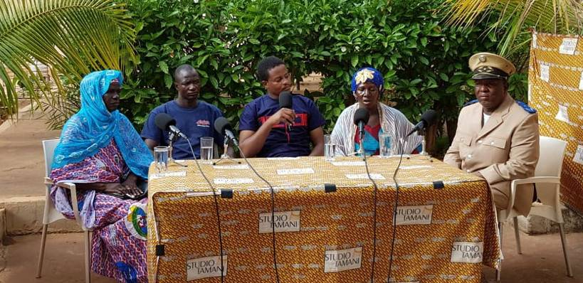 """Mouhamadou Touré, journalist of Studio Tamani, with the guests of the """"Grand Dialogue"""" talk-show, relocated to Kangaba, in the South-West of Mali."""