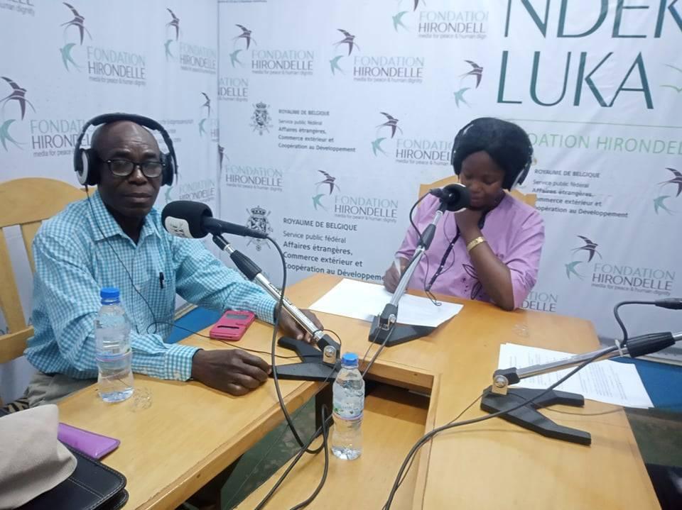 Dans le studio de Radio Ndeke Luka, pendant l'émission de dialogue des cultures et des religions.