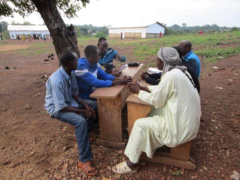 Un journaliste de Radio Ndeke Luka initie au journalisme radio des élèves du village de Boda, au Sud-Ouest de la Centrafrique.