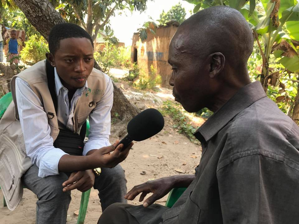 Un jeune journaliste du programme Ngoma Wa Kasaï en reportage à Kananga auprès de réfugiés congolais de retour d'Angola, en juin 2019.