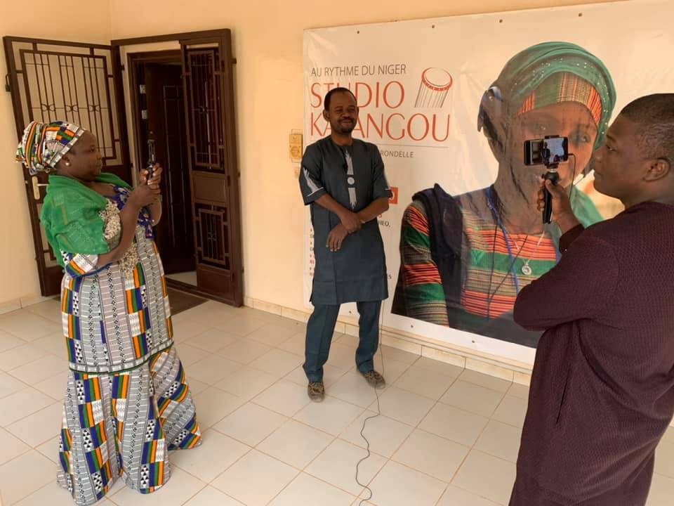 Studio Kalangou journalists making a mobile video teaser during the training of the Studio Kalangou team in Niamey in February 2020.